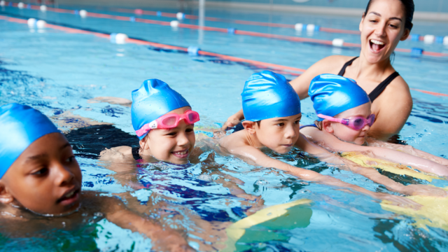 A group of kids in swimming lessons